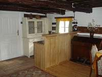 Vybavená kuchyňská linka  v hlavní místnosti