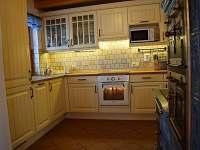 Kuchyň s veškerým vybavením, varnou deskou, troubou, lednicí a myčkou