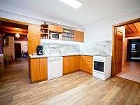 Kuchyň s myčkou v 1 NP - chalupa k pronajmutí Olešnice v Orlických horách - Rzy