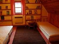 Podkrovní pokoj 2   ...3 pevná lůžka a přistýlka