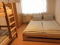 čtyřlůžková ložnice s palandou v ap.v 1.patře - Klášterec nad Orlicí