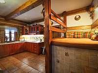 kuchyňský kout v přízemí + pec - chalupa k pronájmu Zdobnice