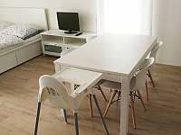 Apartmán SUN Dolní Morava - jídelní stůl pro 4 osoby a dětská židlička