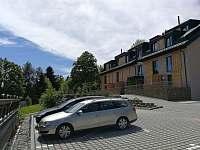 Apartmán SUN Dolní Morava - parkovací stání před domem