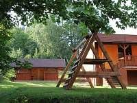 Zázemí Pastvinky - pergola k posezení a odpočinku a dětská houpačka - apartmán ubytování Pastviny