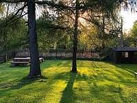 Podvečer na zahradě - chalupa ubytování Dolní Hedeč