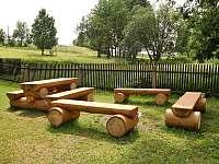 Posezení na zahradě u ohniště - chalupa k pronájmu Dolní Hedeč