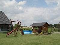 Pro děti houpačky, skluzavka, trampolína, pískoviště, hřiště, venkovní posezení