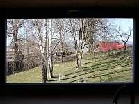 výhled z kuchyně do zelené zahrady - pronájem chalupy Dolní Hedeč