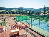sportovní areál v pozadí s Barbuchou - Deštné v Orlických horách