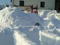 zimní hřiště na zahradě - Deštné v Orlických horách