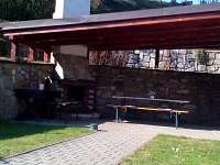 venkovní krb (krytá terasa)