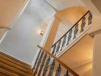 příchod do prvního patra - apartmán k pronájmu Dolní Hedeč
