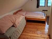 Chalupa pod lesem - Hlavní ložnice ( 1 lůžko + manželská postel )
