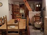 Chalupa pod lesem - krbová kamna, chodba, schodiště do ložnic