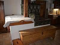 Kachlová kamna - spaní za pecí - chalupa k pronajmutí Mladkov