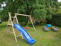 dětské hřiště, pískoviště, bazének - apartmán k pronajmutí Bystré