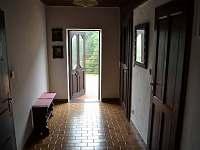 Chodba s dveřmi na terasu