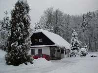 Chalupa v zimě - k pronajmutí Javornice
