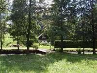 Pohled ze silnice - chalupa k pronájmu Javornice