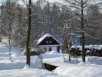 Příjezd k chalupě v zimě - pronájem Javornice