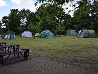stanový tábor na zahradě - chalupa k pronajmutí Kostelecké Horky