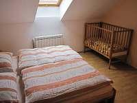 Ložnice v patře - 2 lůžka + dětská postýlka - Vojenice