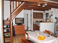 Chata Na Dříši - obývací pokoj s kuchyní - k pronajmutí Deštné v Orlických horách