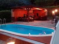 kryté posezení u bazénu s krbem - chata ubytování Bušín