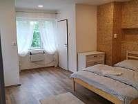 menší ložnice po levé straně apartmá - chalupa k pronajmutí Říčky v Orlických horách
