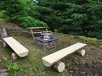 ohniště s roštem a posezením - Říčky v Orlických horách