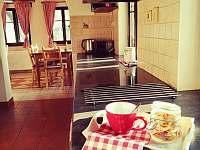 Část kuchyně s pohledem na jídelnu - chalupa k pronajmutí Červená Voda