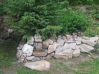 pitná voda k dispozici i venku u altánu - chata k pronájmu Deštné v Orlických horách