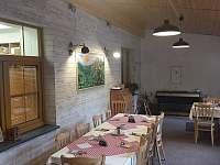 Společenská místnost s krbem - chata k pronájmu Sedloňov