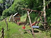 Dětské houpačky, prolézačky, pískoviště a lanovka o délce 30m - chata k pronájmu Olešnice v Orlických horách