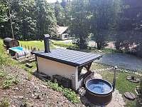 Koupací sud s plastovou vložkou o průměru 200 cm (až pro 8 lidí) - chata k pronajmutí Olešnice v Orlických horách