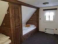 Pokoj v podkroví, pod lůžkem je výsuvná přistýlka o šíři 80 cm - pronájem chaty Olešnice v Orlických horách
