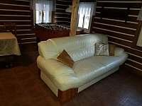 Světnice - stolní fotbal + sedací souprava - chata k pronájmu Olešnice v Orlických horách