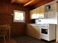 Kuchyň u terasy s krbem