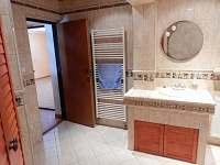 Koupelna v přízemí - chalupa k pronajmutí Dolní Hedeč