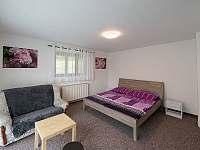 Pokoj s manželskou postelí - chalupa k pronajmutí Dolní Hedeč