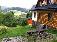 Terasa s posezením a výhledem - apartmán k pronajmutí Deštné v Orlických horách