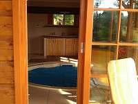 pohled z venku na vnitřní bazén