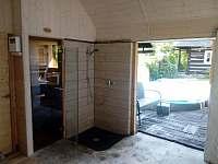 Venkovní sprcha se saunou