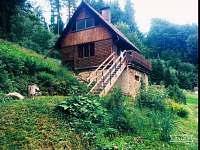Chata s novými schody od ohniště