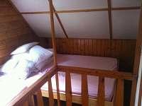 Spaní nad schody s novou postelí