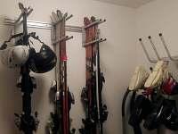 vysoušeč lyžáků a držáky lyží