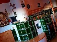 dolni sednice s kuchyni a kachlaky se zápecím
