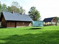 Celkový pohled s trampolínou a travnatou plochou