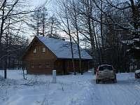 Příjezd k roubence v zimě